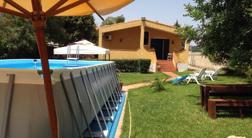 Tutto-Annunci bellissima villa con piscina in pvc fuori terra a pochi chilometri dal mare